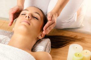 Frau bei einer Reiki-Massage